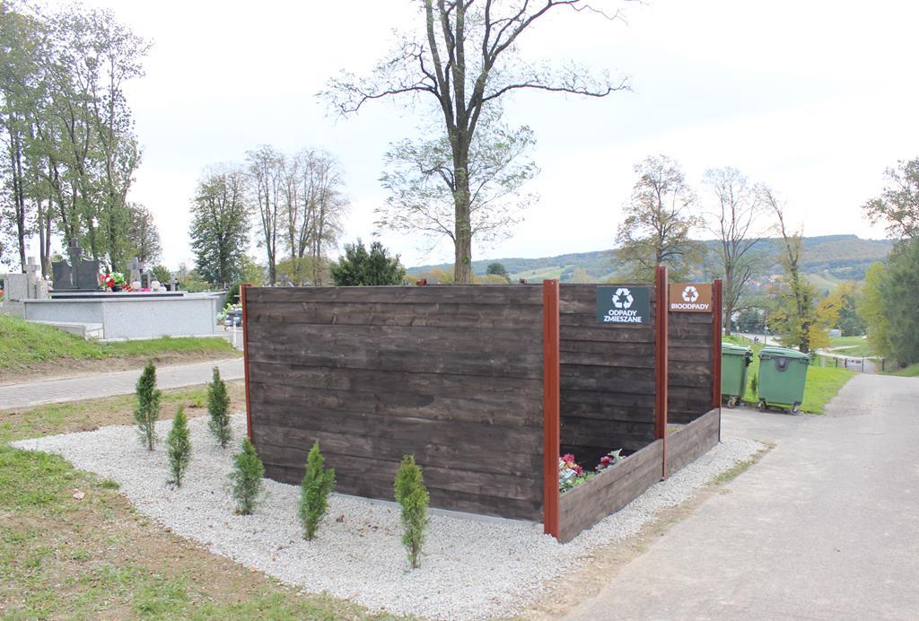 Galeria zdjęć: Nowe boksy do segregacji odpadów na cmentarzu komunalnym w Pruchniku